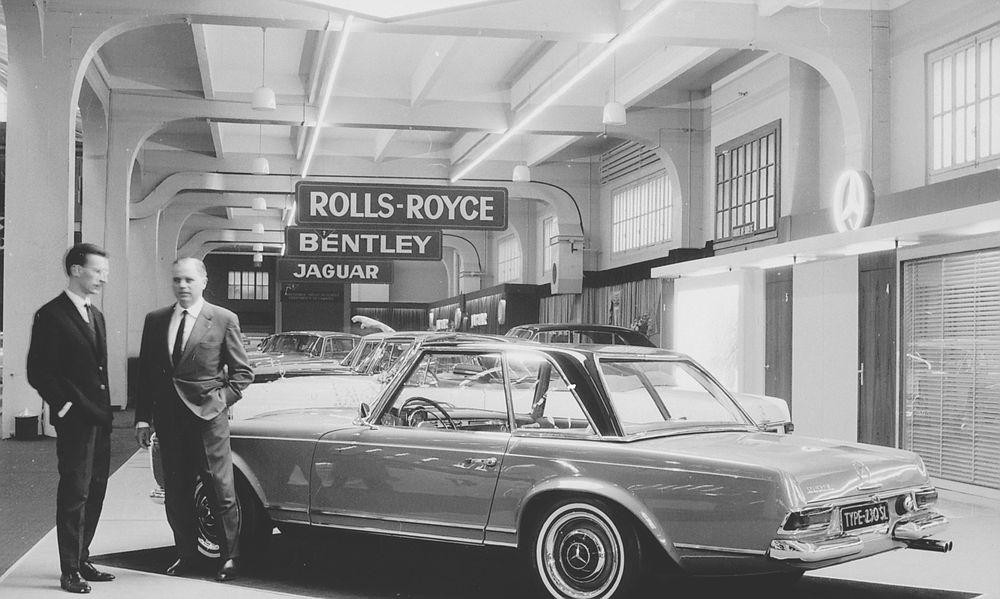 Caption orig.: Genfer Automobil-Salon, 1963. Béla Barényi (re), Paul Bracq bei der Vorstellung des Mercedes-Benz 230 SL Pagode.